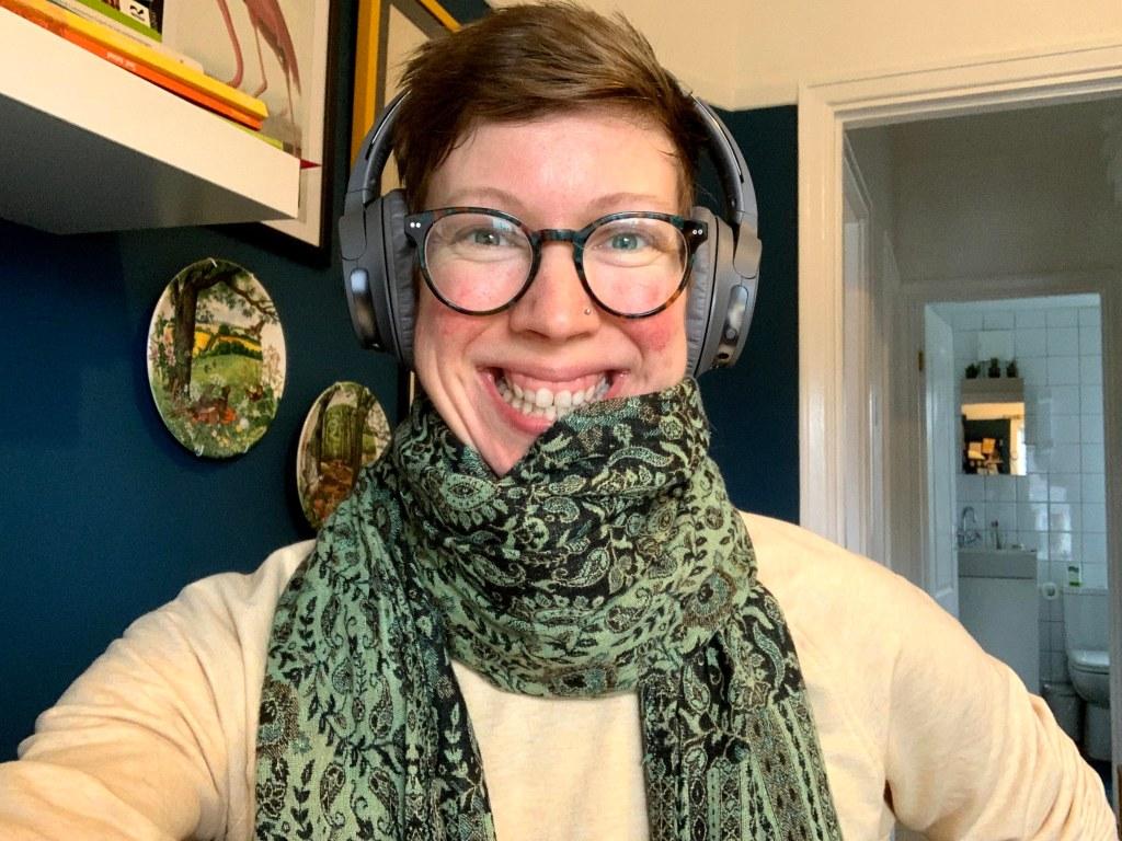Een fofo van mij met mijn koptelefoon. Ik heb een sjaal en het lijkt op dat ik ben het eten want het is op mijn mond.